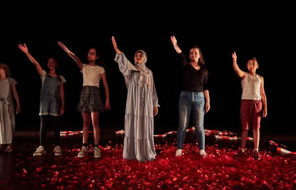 nationaal theater groep mensen zingen