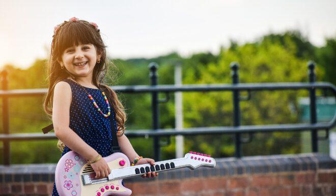 lachende meisje met gitaar